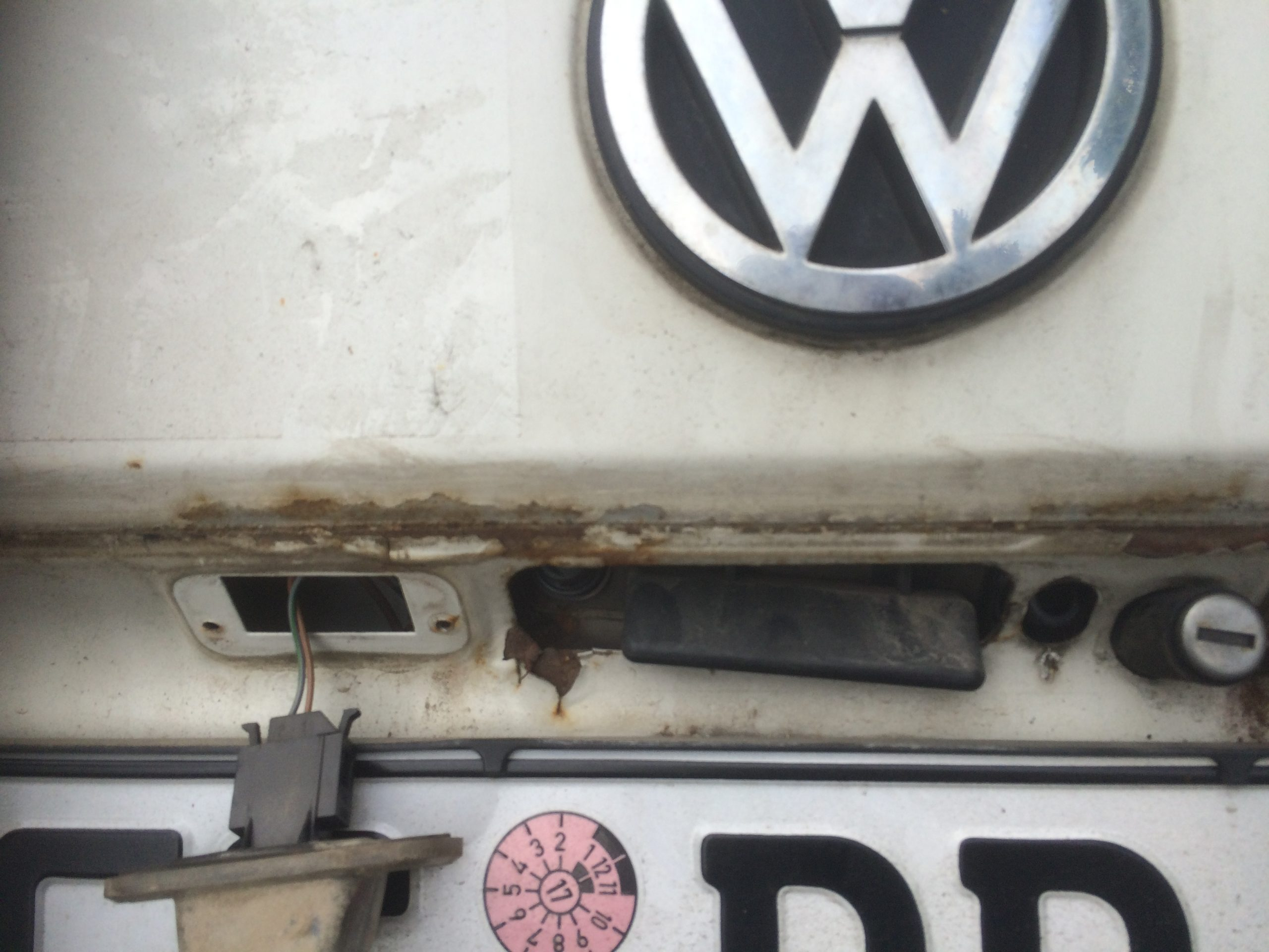 VW T4 Project – War against Rust – Battle II: trunk - rust above licence plate